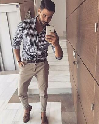 Cómo combinar: correa de cuero tejida en marrón oscuro, mocasín con borlas de ante marrón, pantalón chino en beige, camisa de manga larga de cuadro vichy en blanco y negro