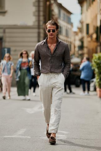 Cómo combinar: gafas de sol verde oscuro, mocasín con borlas de ante marrón, pantalón chino de lino en beige, camisa de manga larga de lino en marrón oscuro