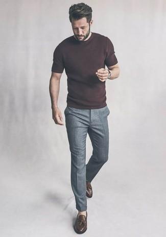 Combinar una camiseta con cuello circular: Haz de una camiseta con cuello circular y un pantalón chino gris tu atuendo para un almuerzo en domingo con amigos. Elige un par de mocasín con borlas de cuero marrón para mostrar tu inteligencia sartorial.
