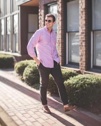 Cómo combinar: gafas de sol marrónes, mocasín con borlas de cuero marrón, pantalón chino negro, camisa de manga larga rosada