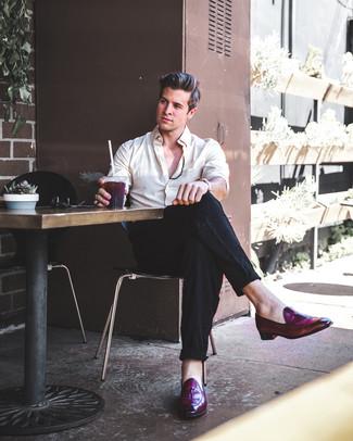 Combinar una camisa de vestir en beige: Elige una camisa de vestir en beige y un pantalón de vestir de lino negro para rebosar clase y sofisticación. ¿Quieres elegir un zapato informal? Opta por un par de mocasín con borlas de cuero morado oscuro para el día.