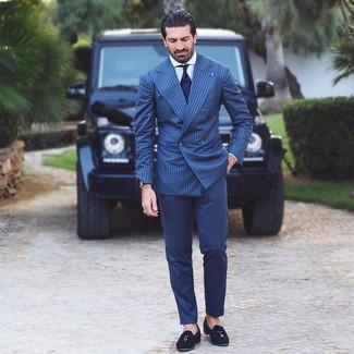 Cómo combinar: corbata azul marino, mocasín con borlas de ante negro, camisa de vestir blanca, traje de rayas verticales azul marino