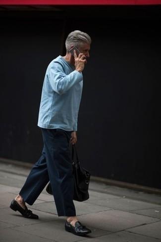 Outfits hombres estilo casual elegante: Una camiseta de manga larga celeste y un pantalón chino azul marino son prendas que debes tener en tu armario. Luce este conjunto con mocasín con borlas de cuero negro.
