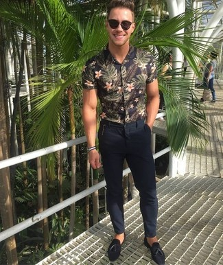 Cómo combinar: gafas de sol en marrón oscuro, mocasín con borlas de ante negro, pantalón chino azul marino, camisa de manga corta con print de flores negra
