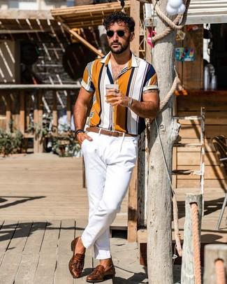 Cómo combinar: correa de cuero marrón, mocasín con borlas de cuero marrón, pantalón chino blanco, camisa de manga corta de rayas verticales en multicolor