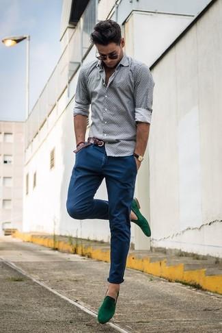 Cómo combinar: correa de cuero tejida en marrón oscuro, mocasín con borlas de ante verde, pantalón chino azul, camisa de manga larga estampada gris