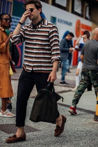 Cómo combinar: bolsa tote de lona en marrón oscuro, mocasín con borlas de ante marrón, pantalón chino negro, camisa de manga larga de rayas horizontales en multicolor