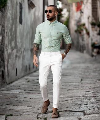 Cómo combinar: gafas de sol negras, mocasín con borlas de ante marrón, pantalón chino blanco, camisa de manga larga en verde menta