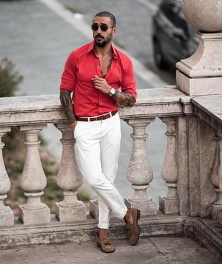 Cómo combinar: correa de cuero marrón, mocasín con borlas de ante marrón, pantalón chino blanco, camisa de manga larga roja