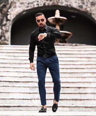 Cómo combinar: correa de cuero negra, mocasín con borlas de cuero negro, pantalón chino de rayas verticales azul marino, camisa de manga larga negra