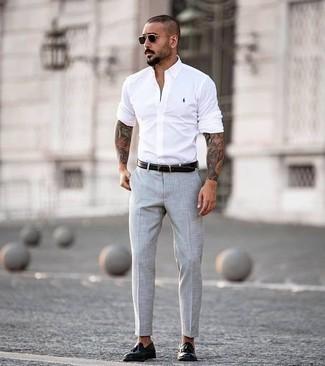 Combinar un mocasín con borlas de cuero negro: Para un atuendo que esté lleno de caracter y personalidad intenta combinar una camisa de manga larga blanca junto a un pantalón chino gris. ¿Te sientes valiente? Elige un par de mocasín con borlas de cuero negro.
