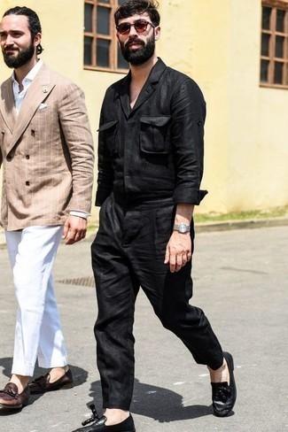 Combinar una camisa de manga larga negra: Considera emparejar una camisa de manga larga negra con un pantalón chino negro para un look diario sin parecer demasiado arreglada. ¿Te sientes valiente? Completa tu atuendo con mocasín con borlas de cuero negro.