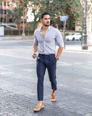 Outfits hombres: Usa una camisa de manga larga celeste y un pantalón chino a cuadros azul marino para lidiar sin esfuerzo con lo que sea que te traiga el día. Luce este conjunto con mocasín con borlas de ante marrón claro.
