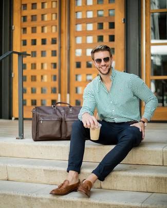 Cómo combinar: bolso baúl de cuero en marrón oscuro, mocasín con borlas de cuero marrón, pantalón chino de lana azul marino, camisa de vestir de cuadro vichy verde