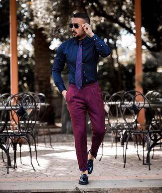 Combinar un pantalón chino morado: Empareja una camisa de vestir azul marino con un pantalón chino morado para lograr un look de vestir pero no muy formal. Dale onda a tu ropa con mocasín con borlas de cuero negro.