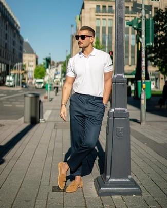 Cómo combinar: gafas de sol en marrón oscuro, mocasín con borlas de ante marrón claro, pantalón chino de rayas verticales azul marino, camisa polo blanca