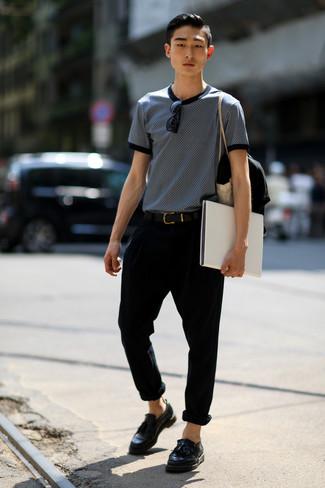 Cómo combinar: correa de cuero negra, mocasín con borlas de cuero negro, pantalón chino negro, camiseta con cuello circular estampada en azul marino y blanco