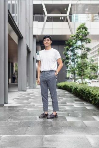 Combinar un pantalón chino con un mocasín con borlas: Casa una camiseta con cuello circular blanca con un pantalón chino para cualquier sorpresa que haya en el día. Con el calzado, sé más clásico y complementa tu atuendo con mocasín con borlas.