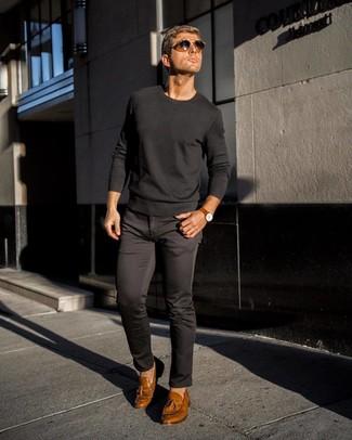 Cómo combinar: gafas de sol en marrón oscuro, mocasín con borlas de cuero marrón claro, pantalón chino negro, jersey con cuello circular negro