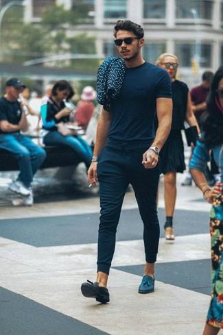 Cómo combinar: gafas de sol negras, mocasín con borlas de cuero azul marino, pantalón de chándal azul marino, camiseta con cuello circular azul marino