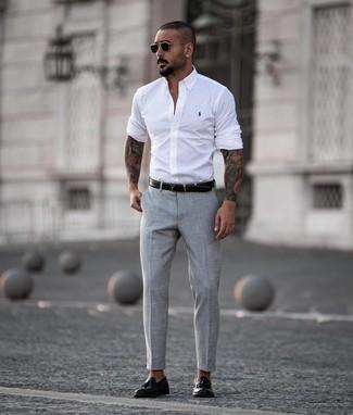Cómo combinar: correa de cuero negra, mocasín con borlas de cuero negro, pantalón de vestir gris, camisa de manga larga blanca