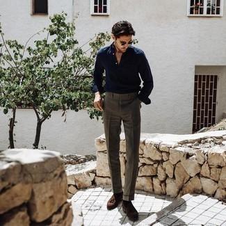Combinar un pantalón de vestir marrón: Considera ponerse una camisa de manga larga azul marino y un pantalón de vestir marrón para una apariencia clásica y elegante. Mocasín con borlas de ante marrón son una opción práctica para complementar tu atuendo.