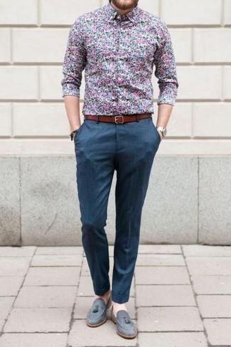 Cómo combinar: correa de cuero en tabaco, mocasín con borlas de ante gris, pantalón de vestir azul, camisa de vestir con print de flores azul