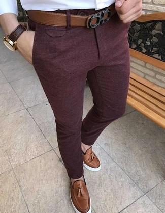 Cómo combinar: correa de cuero marrón, mocasín con borlas de cuero marrón, pantalón de vestir de lana burdeos, camisa de vestir blanca