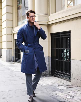 Cómo combinar: bufanda azul marino, mocasín con borlas de cuero negro, pantalón de vestir de lana en gris oscuro, gabardina azul marino