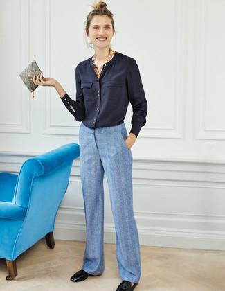 Cómo combinar: cartera sobre de cuero gris, mocasín con borlas de cuero negro, pantalones anchos celestes, blusa de botones azul marino