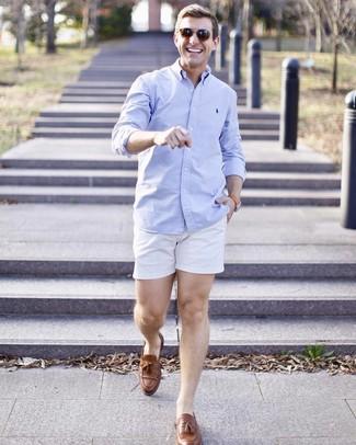 Cómo combinar: gafas de sol marrónes, mocasín con borlas de cuero marrón, pantalones cortos blancos, camisa de manga larga celeste