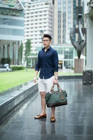 Combinar una bolsa tote de lona verde oscuro: Una camisa de manga larga azul marino y una bolsa tote de lona verde oscuro son una opción incomparable para el fin de semana. Usa un par de mocasín con borlas de cuero marrón claro para mostrar tu inteligencia sartorial.