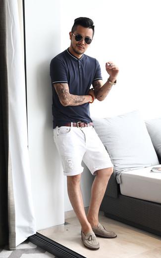 Cómo combinar: correa de cuero marrón, mocasín con borlas de cuero gris, pantalones cortos vaqueros desgastados blancos, camisa polo azul marino