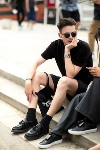 Combinar una camiseta con cuello circular negra: Utiliza una camiseta con cuello circular negra y unos pantalones cortos negros para una apariencia fácil de vestir para todos los días. Con el calzado, sé más clásico y elige un par de mocasín con borlas de cuero negro.
