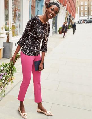 Cómo combinar: cartera sobre de cuero azul marino, mocasín con borlas de cuero en beige, pantalones pitillo rosa, blusa de manga larga a lunares negra
