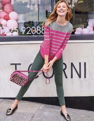 Cómo combinar: bolso bandolera de cuero de leopardo rosa, mocasín con borlas de cuero plateado, vaqueros pitillo verde oscuro, jersey con cuello circular de rayas horizontales rosa