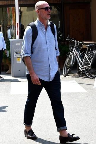Combinar unas gafas de sol en violeta: Emparejar una camisa de manga larga celeste con unas gafas de sol en violeta es una opción práctica para el fin de semana. ¿Te sientes valiente? Complementa tu atuendo con mocasín con borlas de cuero en marrón oscuro.