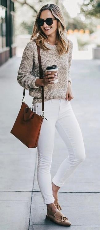Cómo combinar: bolso bandolera de cuero en tabaco, mocasín con borlas de ante marrón claro, vaqueros pitillo blancos, jersey con cuello circular de lana rizada en beige