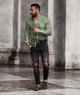 Cómo combinar: correa de cuero negra, mocasín con borlas de ante verde oscuro, vaqueros pitillo desgastados negros, camisa de manga larga verde oliva