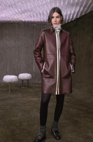 Cómo combinar: calcetines de lana en gris oscuro, mocasín con borlas de cuero negro, vestido jersey blanco, abrigo de cuero en marrón oscuro