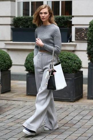 Cómo combinar: bolsa tote de cuero en blanco y negro, mocasín con plataforma de cuero en negro y blanco, pantalones anchos de lana grises, jersey corto gris