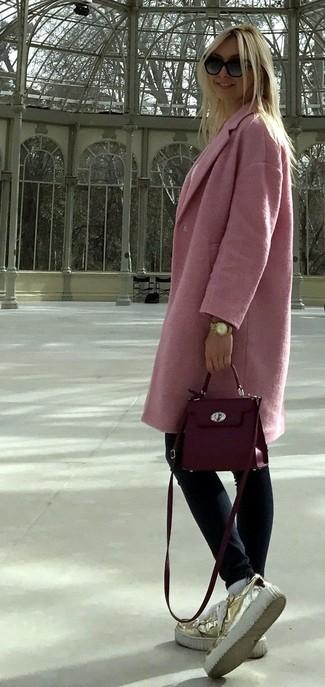 Cómo combinar: bolso bandolera de cuero morado, mocasín con plataforma de cuero dorado, vaqueros pitillo azul marino, abrigo rosado