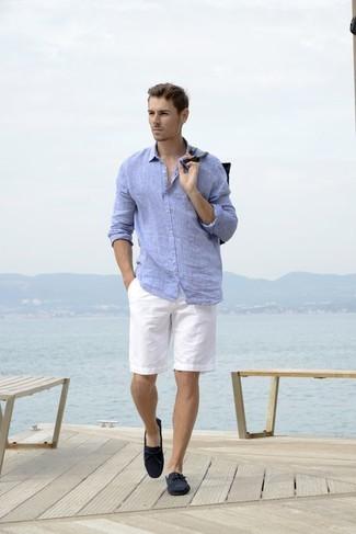 Cómo combinar: mocasín de ante azul marino, pantalones cortos blancos, camisa de manga larga de lino celeste