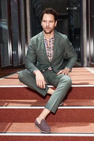 Cómo combinar: mocasín de ante en marrón oscuro, camisa de manga larga de tartán en multicolor, traje verde oscuro