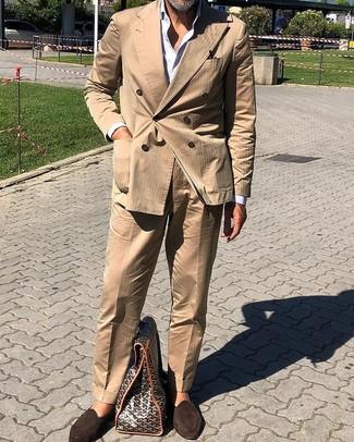 Cómo combinar: mocasín de ante en marrón oscuro, camisa de vestir blanca, traje marrón claro