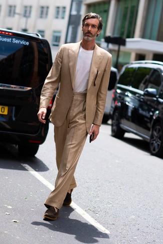 Cómo combinar: mocasín de ante en marrón oscuro, camiseta con cuello circular blanca, traje marrón claro