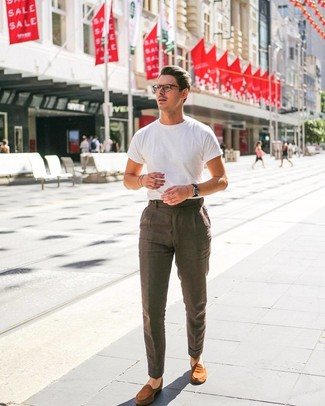 Cómo combinar: mocasín de ante en tabaco, pantalón de vestir de lino marrón, camiseta con cuello circular blanca
