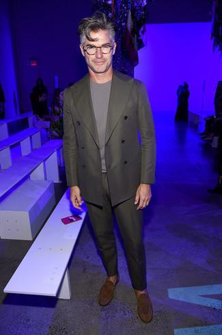 Outfits hombres: Empareja un traje verde oliva con una camiseta con cuello circular gris para crear un estilo informal elegante. Luce este conjunto con mocasín de ante marrón.