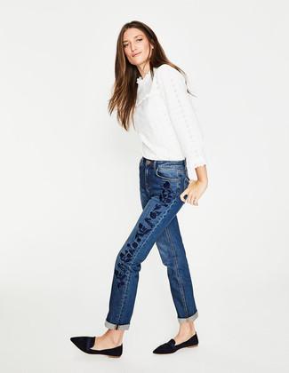 Cómo combinar: mocasín de ante negros, vaqueros bordados azules, blusa de manga larga de encaje con volante blanca