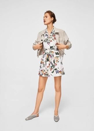 Cómo combinar: mocasín de cuero con recorte blancos, vestido camisa con print de flores blanca, blazer de lino en beige